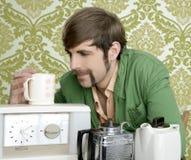 kawowy target1977_0_ fajtłapy mężczyzna retro herbaciany teapot rocznik Obraz Royalty Free