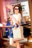 kawowy target2432_0_ dzień pogodnym kobieta idzie zdjęcie stock