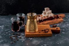 Kawowy turek i filiżanka kawy na drewnianej desce Piec fasole Metalu turek i kawowe fasole na drewnianego tła tureckiej kawie zdjęcie stock