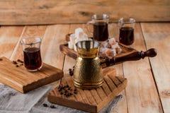 Kawowy turek i filiżanka kawy na drewnianym tle kawa piec fasoli obraz stock