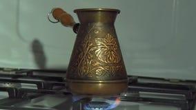 Kawowy turek na ogieniu Na benzynowej kuchence jest groszak grawerująca turczynka Kawowy piwowar Biała benzynowa kuchenka z palen zdjęcie wideo