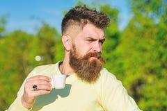 Kawowy wyśmienity pojęcie Brodaty mężczyzna z kawa espresso kubkiem, napoje kawowi Mężczyzna z brodą i wąsy na surowej twarzy pij obraz stock