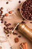 Kawowych fasoli cynamon, zgrzytnięcie, gwiazdowy anyż fotografia stock