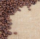 Kawowych fasoli kąt na burlap Zdjęcie Stock