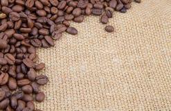 Kawowych fasoli kąt na burlap Obraz Royalty Free