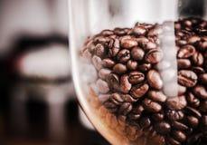 Kawowych fasoli ostrzarza zbiornik Zdjęcie Royalty Free