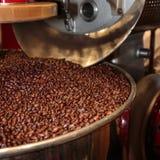 Kawowych fasoli proces w prażak maszynie obraz royalty free