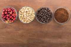 Kawowych fasoli produkt na drewnianym pustej przestrzeni stołu odgórnym widoku Zdjęcia Royalty Free