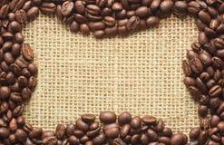 Kawowych fasoli rama na grabić Obrazy Royalty Free