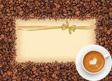 Kawowych fasoli rama nad burlap tkaniną z kartka z pozdrowieniami Fotografia Royalty Free