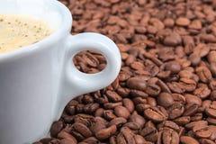 Kawowych fasoli tła zbliżenie Zdjęcia Royalty Free
