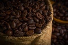 Kawowych fasoli tło, Kawowe fasole/Kawowe fasole w Workowym tle Obrazy Royalty Free
