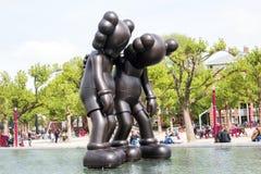 Kaws-Skulpturen in Amsterdam Lizenzfreie Stockfotos