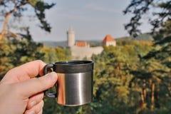 Kawy espresso filiżanka od termosu z Kokorin kasztelem na tle w Kokorinsko kształtuje teren teren w jesiennym republika czech Zdjęcie Stock