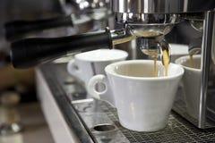 Kawy espresso filiżanka na tle kawowe maszyny zdjęcia royalty free