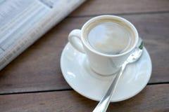 Kawy espresso gazeta i filiżanka Obraz Stock
