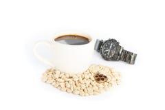 Kawy espresso kawa na białych kawowych fasolach Zdjęcie Royalty Free