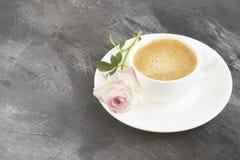 Kawy espresso kawa w białej filiżance i różowi różanego na ciemnym backgro Zdjęcie Stock