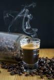 Kawy espresso kawa z fasolami na drewnianym stole Zdjęcie Stock