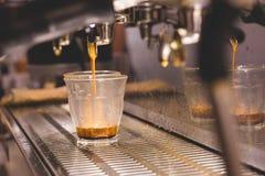 Kawy espresso kawy strzału dolewanie w flecika jasnego trawę od a esp Zdjęcia Stock