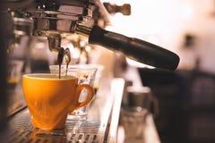 Kawy espresso kawy strzału dolewanie w flecika jasnego trawę od a esp Obrazy Royalty Free
