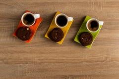 Kawy i czekoladowi ciastka czeka słuzyć obrazy royalty free