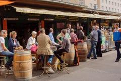 Kawy i wina przerwa przy popularną plenerową kawiarnią z pić ludzi w Wiedeń Obrazy Royalty Free
