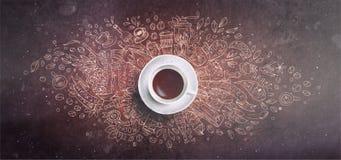 Kawy kreda ilustrujący pojęcie na czerni deski tle - biała filiżanka, odgórny widok z kredową doodle ilustracją obrazy royalty free