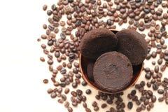 Kawy ziemia i Kawowe fasole na drewnianym tle, pięknie i zdrowym opieki pojęciu, zdjęcia stock