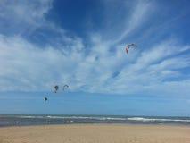 Kay surfingowowie, niebieskie niebo i chmury, Fotografia Royalty Free