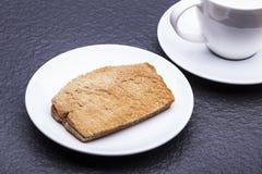 Kaya Toast (Asien mellanmål) på den vita maträtten och tabellen Royaltyfri Fotografi