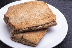 Kaya Toast (Asien mellanmål) på den vita maträtten och tabellen Arkivbild