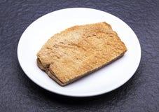 Kaya Toast (spuntino dell'Asia) sul piatto e sulla tavola bianchi Immagine Stock