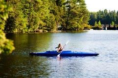 kayak девушки Стоковые Фотографии RF