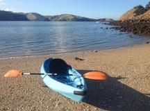 Kayak alla penisola di Coromandel, Nuova Zelanda immagini stock libere da diritti