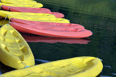 Kayak coloré sur la plage Images stock