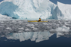 Kayak dans la glace Photos libres de droits