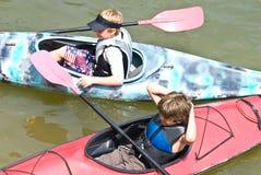 kayak de garçons prêt à deux jeunes Photographie stock