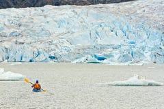 Kayak de l'Alaska barbotant le lac glacier de Mendenhall Image stock