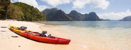 Kayak de mer à la plage image stock