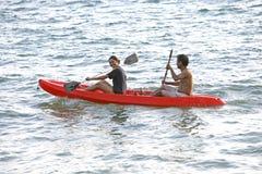 Kayak de mer des couples n, Thaïlande Photos libres de droits