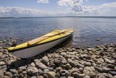 Kayak de mer sur la plage Photos stock