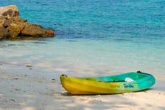 Kayak de mer sur la plage images libres de droits