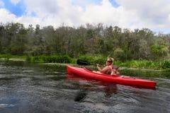 Kayak del figlio e della madre - fiume di Ichetucknee Immagine Stock Libera da Diritti