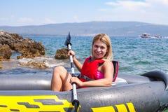 Kayak della donna in Croazia fotografia stock