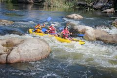 Kayak della famiglia sul fiume Trasportando sul fiume del sud dell'insetto immagini stock