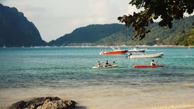 Kayak della gente sul mare stock footage