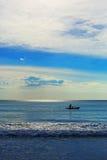 Kayak della singola persona nel cloudscape meraviglioso Fotografia Stock Libera da Diritti