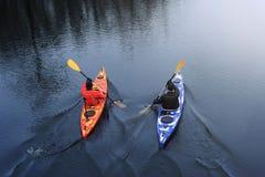 Kayak di due uomini sul kajak rosso sul fiume immagini stock libere da diritti