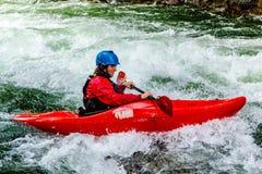 Kayak di Whitewater sul fiume di Kaituna immagini stock libere da diritti